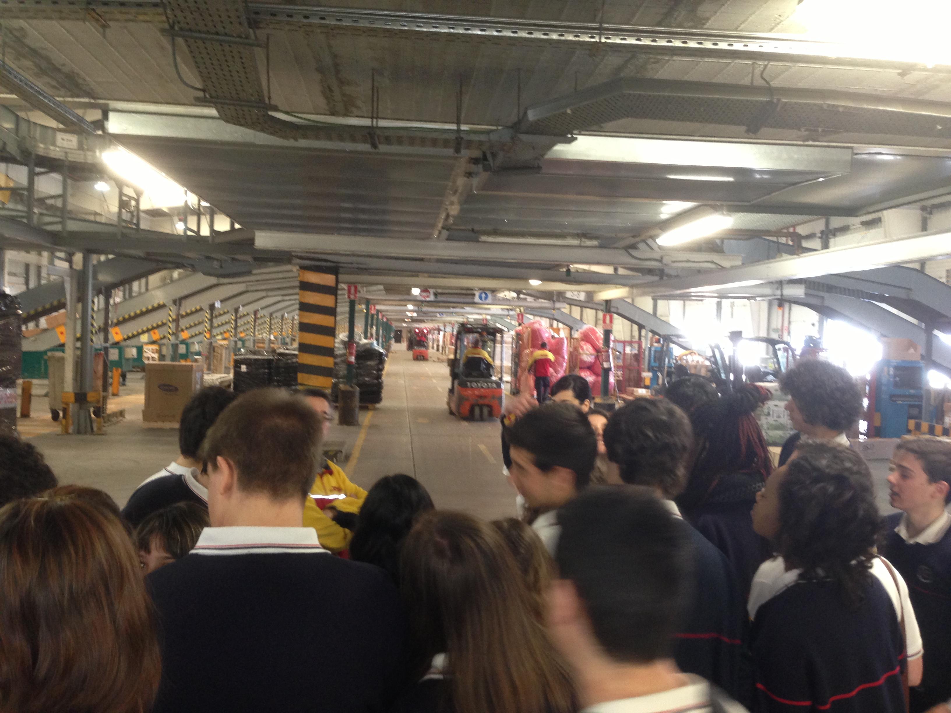 Visita de estudiantes a DHL