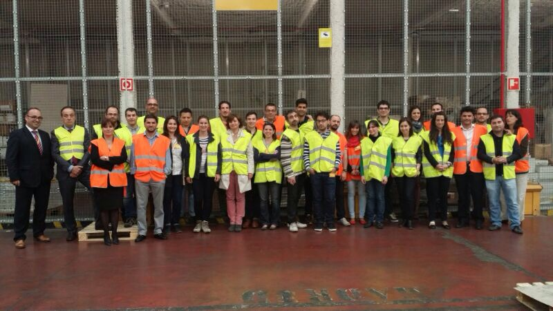 Grupo de estudiantes durante la visita a DHL Freight