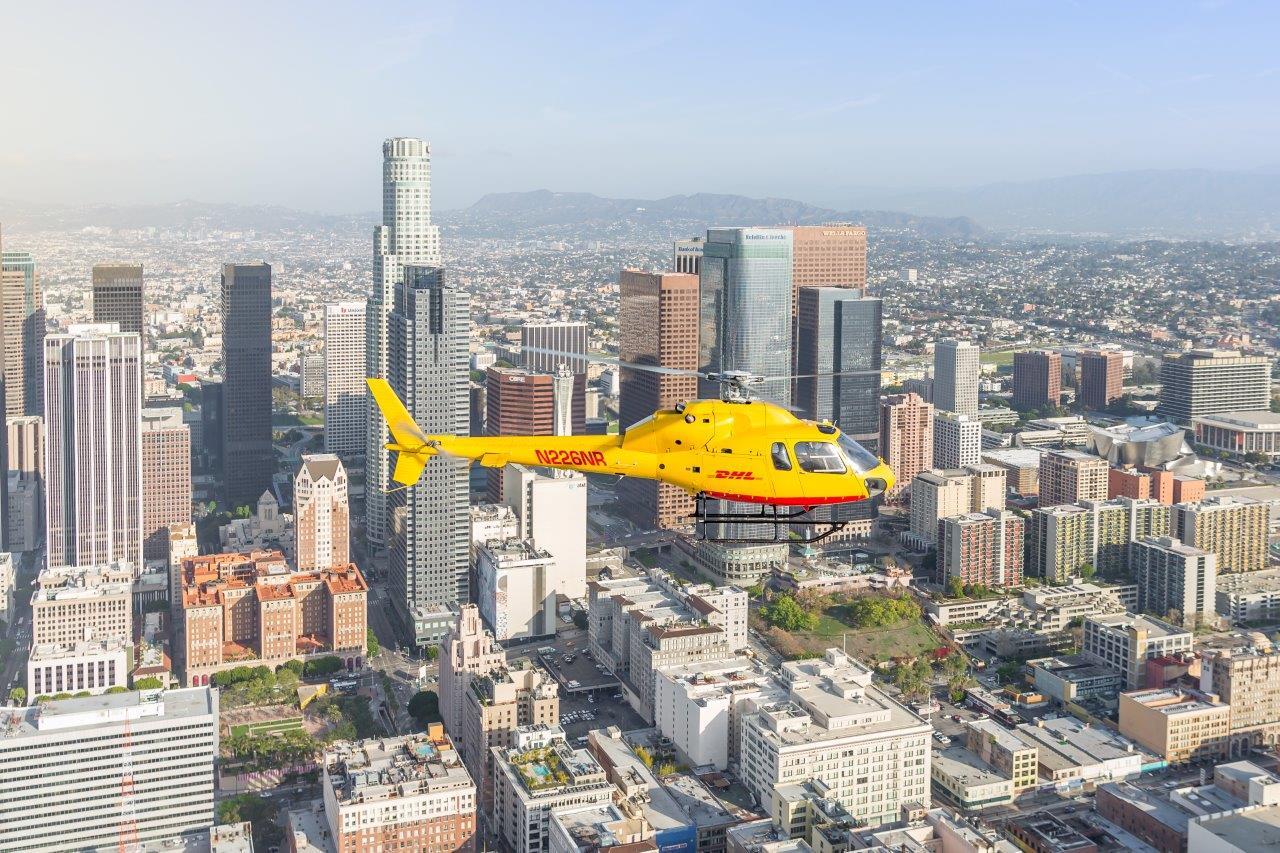 Helicóptero de DHL sobrevolando la ciudad