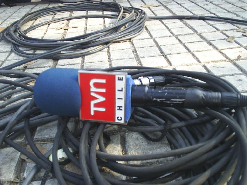 Micrófono en el suelo simbolizando la devaluación de la libertad de prensa