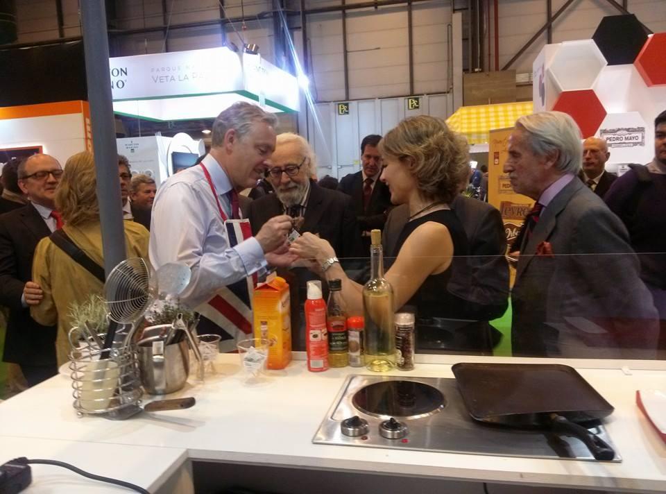 La Ministra del Magrama y el Embajador Británico en España degustando la carne con Sello de Calidad en el stand de EBLEX