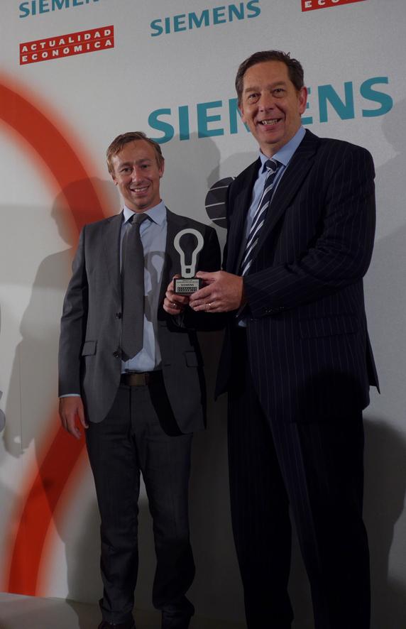 Nicolás Mouze y Nuno Martins durante la recogida del premio