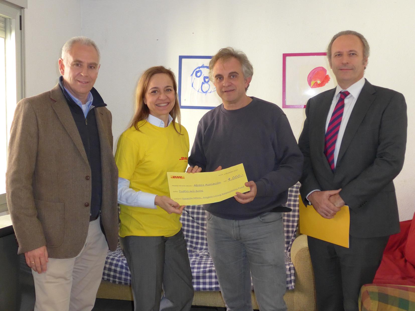 Entrega de cheque de DHL a Asociación Abrazo