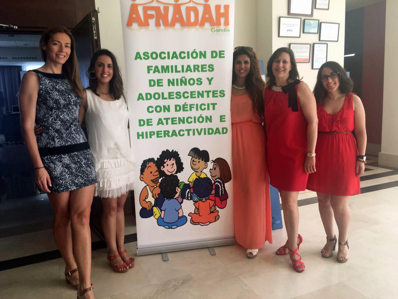 Amparo Martínez, Presidenta de AFNADAH, junto con las psicólogas de la Asociación y Amparo Aparisí, Directora de la Academia Nou Estudi, donde presta sus servicios la Asociación.