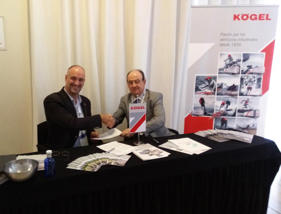 Miguel Ángel Ochoa, Presidente de la Fundación Corell, junto a Massimo Dodoni, Director de Ventas Internacionales en Kögel, durante la firma del acuerdo